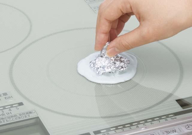 こびりついた汚れはアルミホイルやラップ+ガラス専用クリーナー